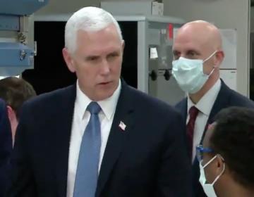Mike Pence se olvida del cubrebocas durantevisita a un hospital con pacientes de COVID-19
