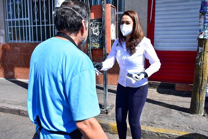 Reparte alcaldesa de Aguascalientes cubrebocas y caretas de protección