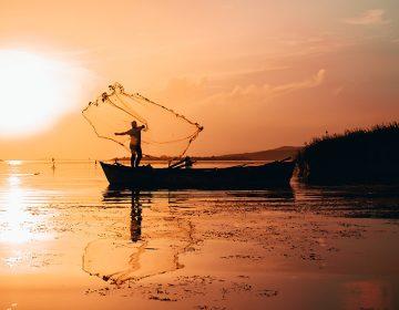 Rescatan a pescador