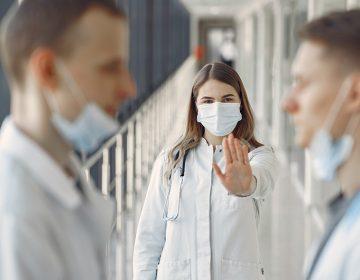 Dan de baja a 7 pasantes de medicina, no fueron al servicio social por COVID-19