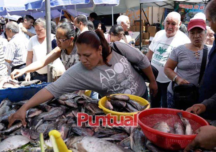 "Poblanos olvidan la ""sana distancia"", acuden a mercado por marisco"