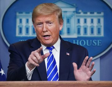"""Trump propone """"inyección"""" de desinfectante para COVID-19; recibe duras críticas"""