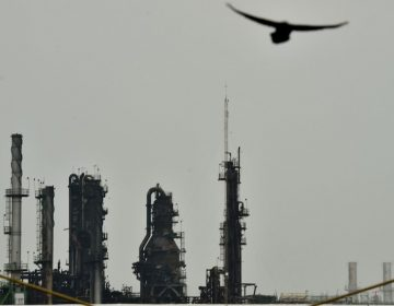 Países petroleros acuerdan reducir la producción de crudo ante desplome de precios