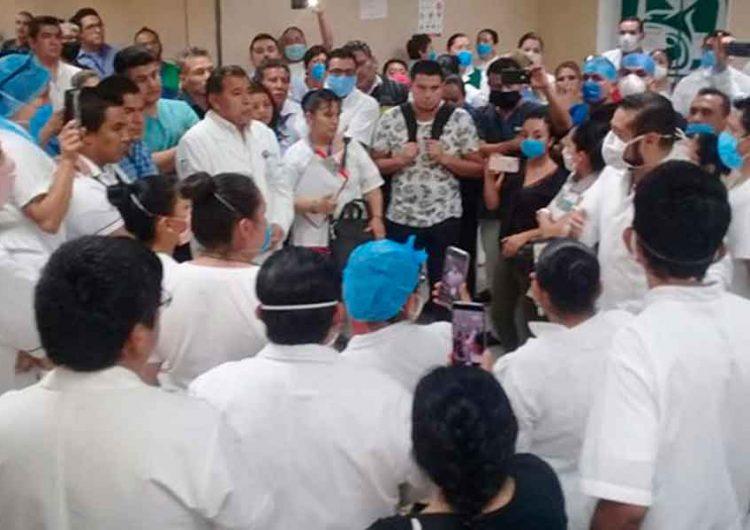 Protesta en el IMSS termina en golpes