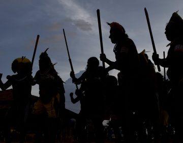 """Indígenas alertan que comunidades aisladas en la Amazonía brasileña sufren """"un genocidio"""""""