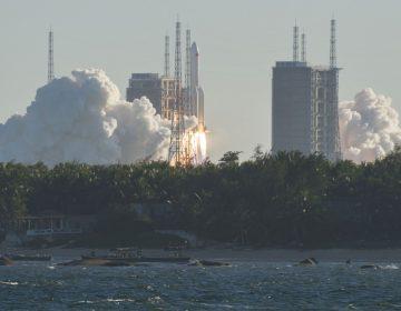 China lanza éxitosamente nuevo cohete con nave espacial