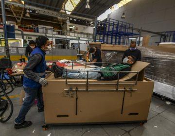 Diseñan camillas de cartón que se convierten en ataúdes