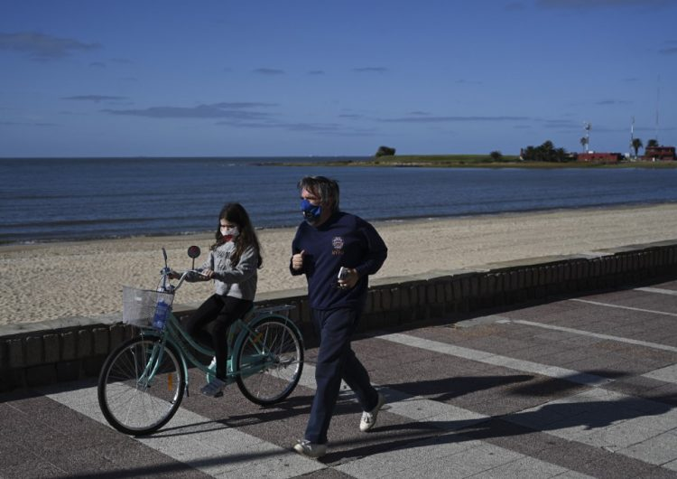 Uruguay está cerca de contener la epidemia; aplana la curva de muertos y contagios