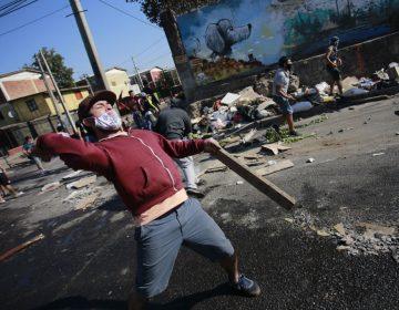Chilenos protestan por falta de alimentos durante la pandemia; policías los reprimen