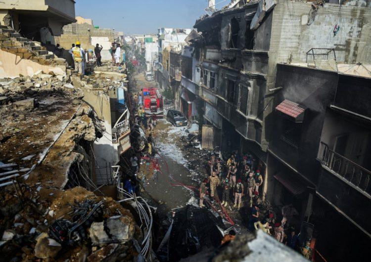 Mueren 98 pasajeros del avión comercial  que se estrelló en Pakistán