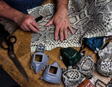 Hombre de Florida hace cubrebocas con piel de iguanas y serpientes pitón