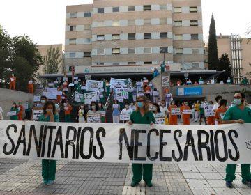 Personal médico de distintos hospitales de Madrid se manifiestan para exigir material de trabajo