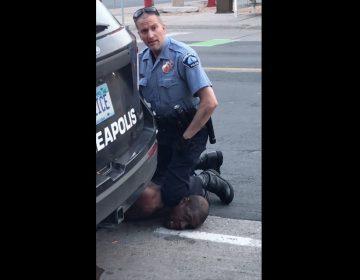 Investigan la muerte de un hombre negro sometido por policías en Minneapolis