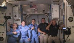 Astronautas de la Crew Dragon abordan la Estación Espacial Internacional…