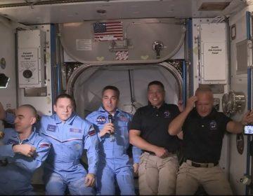 Astronautas de la Crew Dragon abordan la Estación Espacial Internacional tras 19 horas de vuelo