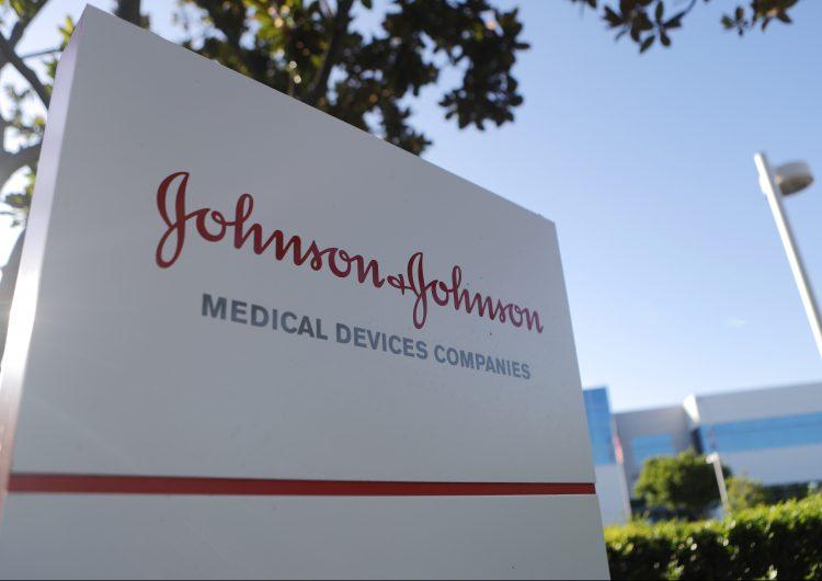 Demandas y caída en las ventas llevan a Johnson & Johnson a suspender la venta de su talco para bebés