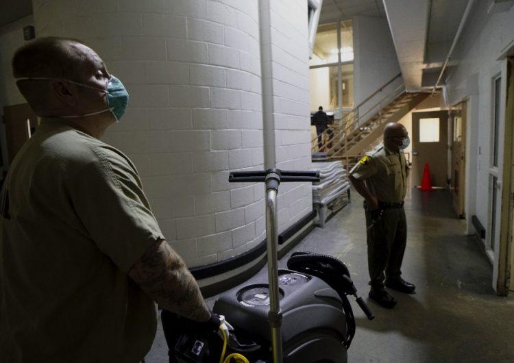 Al menos 30,000 reclusos y trabajadores de penales de EU están contagiados de COVID-19