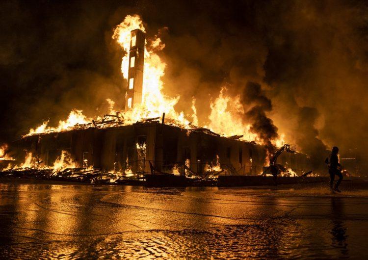 Noche de protestas por George Floyd deja manifestantes reprimidos y locales quemados