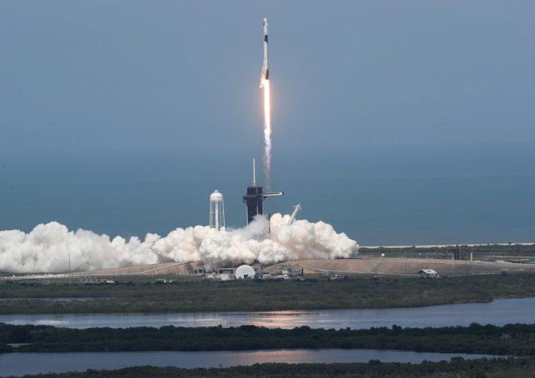 Despega cohete de SpaceX en histórico vuelo tripulado privado al espacio