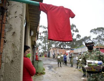 Colombianos piden comida y apoyo con trapos rojos colgados en sus casas