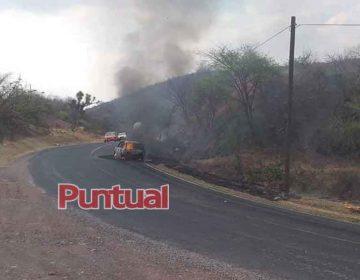 Queman vehículo tras levantar a dos hombres en la Izúcar-Acatlán en Puebla