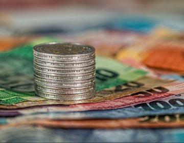 ¿El COVID-19 puede transmitirse a través de billetes y monedas?