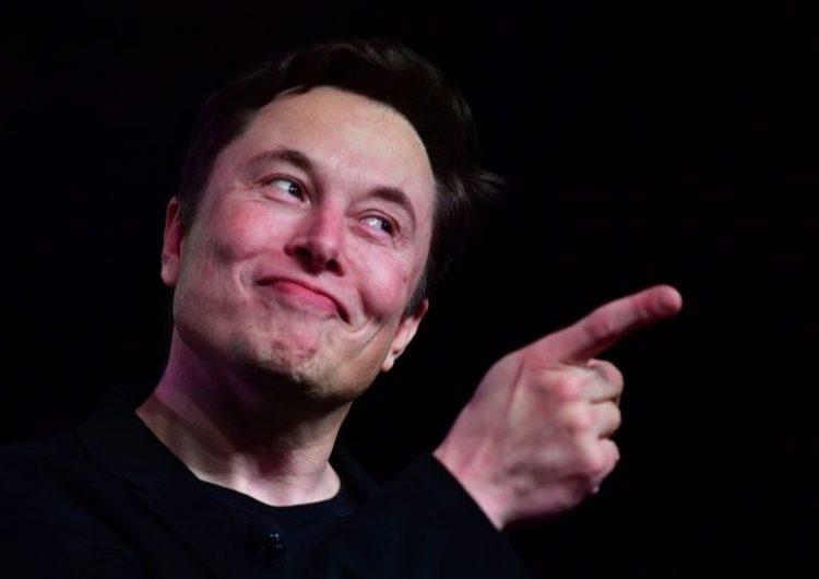 Elon Musk desafía a las autoridades de EU al reabrir la planta de Tesla