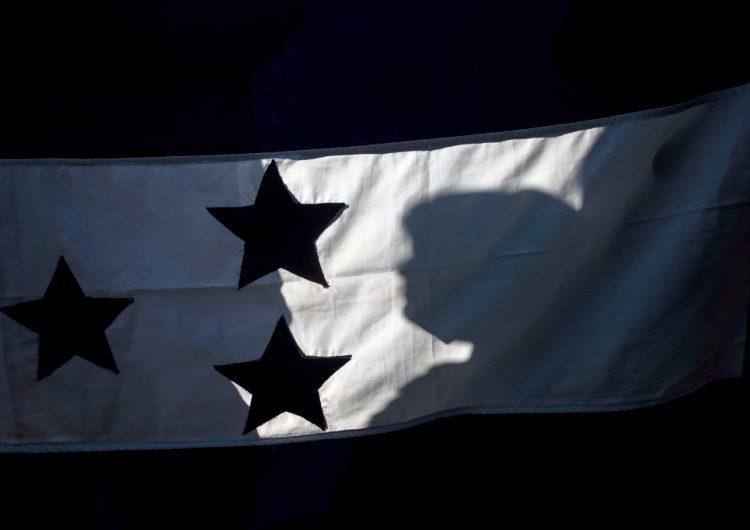 Surge caravana migrante en Honduras con rumbo a EU; autoridades buscan frenarla