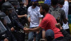 Policías se solidarizan con manifestantes durante protestas por la muerte…