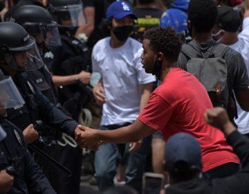 Policías se solidarizan con manifestantes durante protestas por la muerte de George Floyd