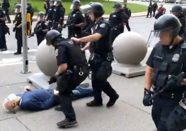 """Un """"provocador de Antifa"""", la teoría de Trump sobre la agresión de la policía contra un hombre de 75 años"""