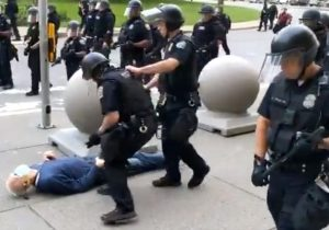 Dos policías de Nueva York suspendidos por herir de gravedad a un hombre de 75 años en una protesta