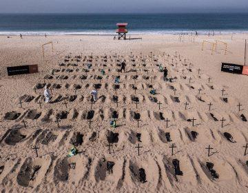 Cavan tumbas en Copacabana honrar a los muertos por COVID-19 en Brasil; van más de 40,000 decesos