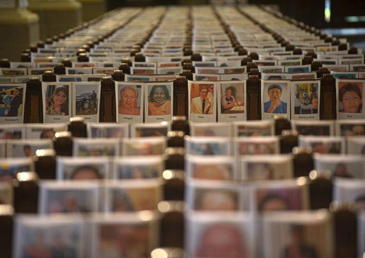Realizan misa en catedral de Lima con fotos de los 6,500 muertos por la pandemia