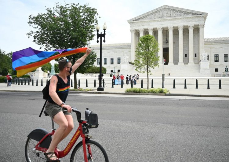 Es ilegal despedir a un trabajador por ser homosexual o transgénero, determina Corte Suprema de EU