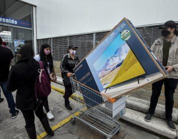 """Multitud de compradores generan un caos por el """"Día sin IVA"""" en Colombia"""