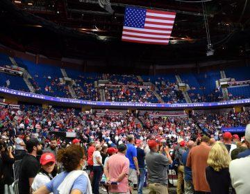 Trump celebra su primer mitin en meses, pero no reúne a la multitud esperada