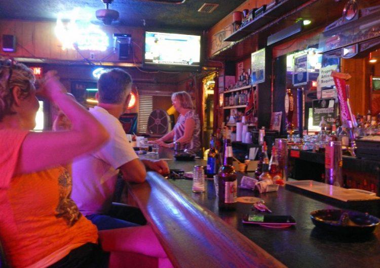 Florida prohibe el consumo de alcohol en bares tras repunte de casos de coronavirus