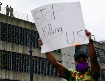 Estallan protestas en Atlanta por policía que mató a un hombre negro cerca de un local de comida