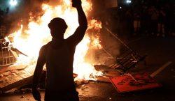 Manifestantes rodean la Casa Blanca e incendian objetos en sexto…
