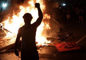 Manifestantes rodean la Casa Blanca e incendian objetos en sexto día de protestas