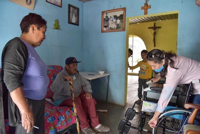 Entregan sillas de ruedas a adultos mayores y enfermos renales de Jesús María
