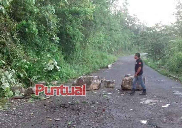 Carreteras quedan cubiertas de lodo y piedras en la Sierra Norte de Puebla