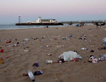 """Británicos disfrutan de playas tras la cuarentena… y dejan """"toneladas"""" de basura"""