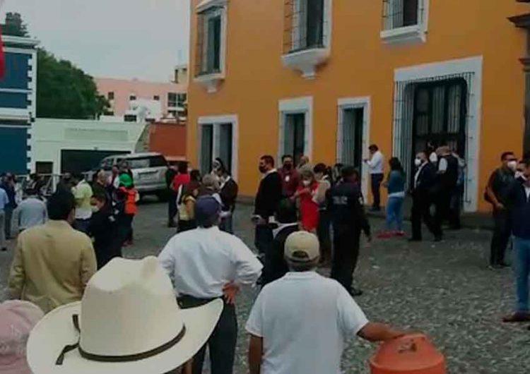 Habitantes de Canoa, Puebla, exigen en Casa Aguayo agua potable