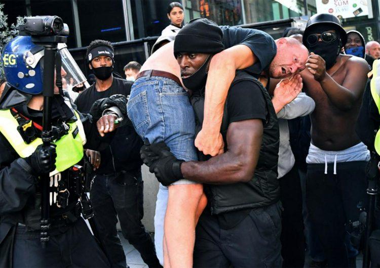 """Un manifestante negro evita una """"catástrofe"""" al salvar a un hombre blanco"""