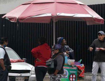 Trabajadores de restaurantes venden comida en calles de Puebla