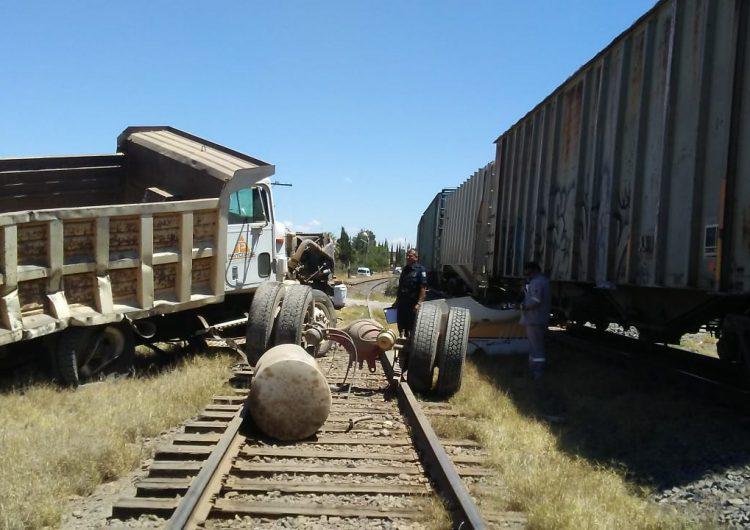 Camión de volteo quiso ganarle el paso al tren y fue arrollado en Pabellón