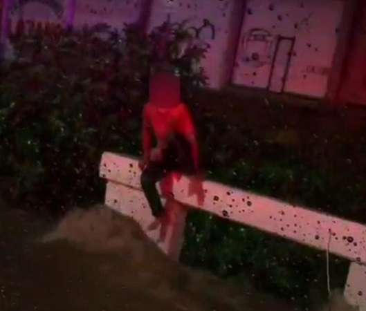 Rescatan policías estatales a joven de puente vehicular en medio de la lluvia
