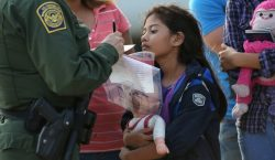 Las tácticas de EU para expulsar a 915 niños y…